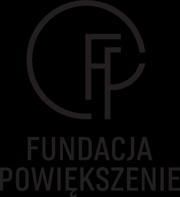Czarno białe logo. Bazą jest napis Fundacja Powiększenie. Nad nim powiększone litery F i P. Linia, która powinna domknąć górną część litery P, poprowadzona w przeciwnym kierunku do wskazówek zegara, zatacza krąg wokół obu liter tworząc 3/4 koła.