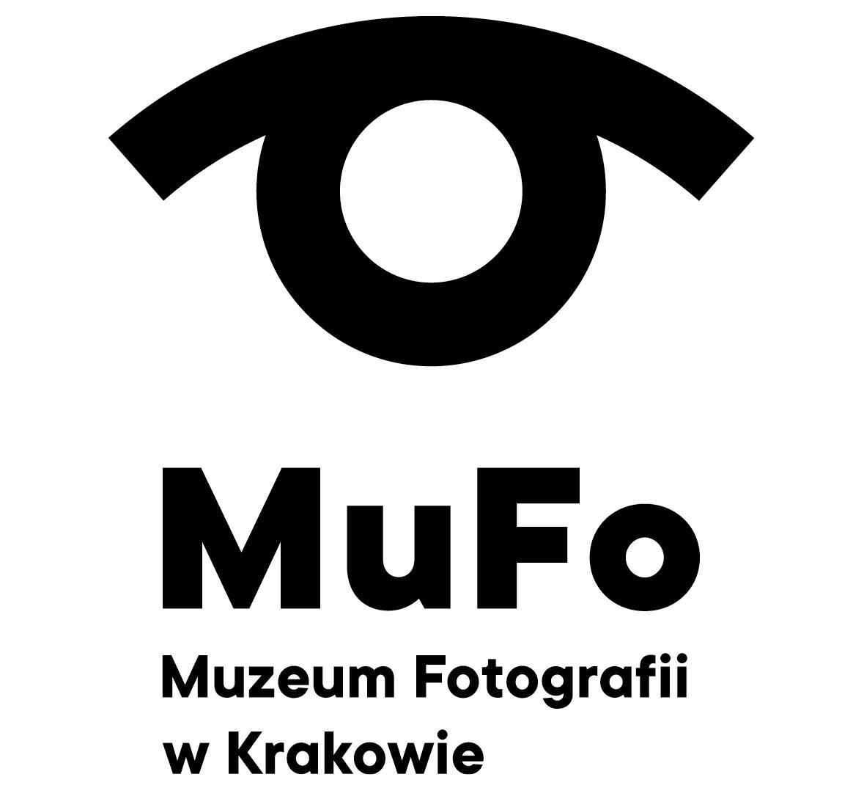 Czarno białe logo. Na środku napis 'MUFO'. To skrót nazwy zapisanej poniżej mniejszymi literami: 'Muzeum Fotografii w Krakowie'. Grafika powyżej tekstu przedstawia oko - tęczówką jest okrąg, a górną powieką opierający się na nim łuk.