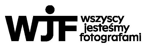 Czarno białe logo. Duże pogrubione litery W, J oraz F. Wszystkie trzy, w górnej części łączy pozioma linia jako kontynuacja litery W, oddzielenie litery J od kropki i dopełnienie górnej poprzeczki litery F. Taki układ liter przypomina graficznego ludzika z szeroko otwartymi ramionami. Po prawej stronie rozwinięcie skrótu: 'wszyscy jesteśmy fotografami'.